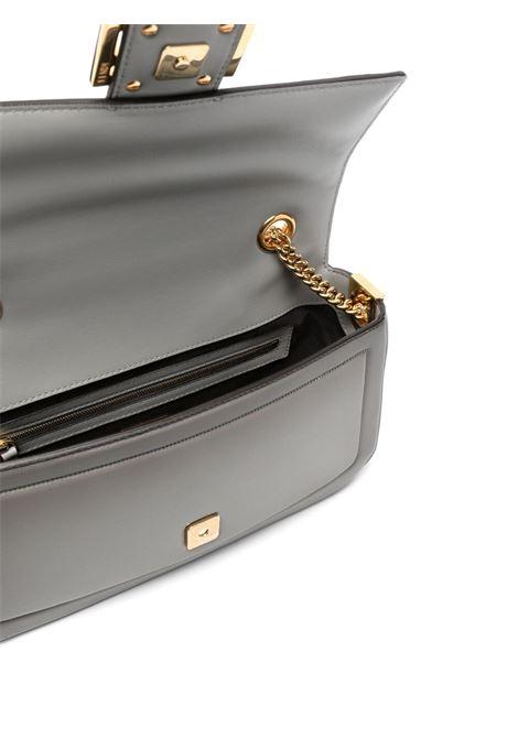 Borsa a tracolla Baguette in pelle grigia con tracolla a catena dorata FENDI | Borse a tracolla | 8BR783-AF2EF1DSB
