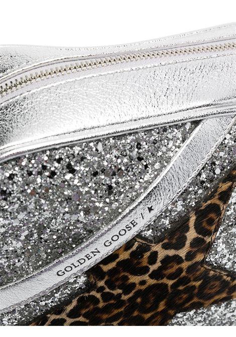 Borsa a tracolla in pelle argentata e glitter con patch stella leopardata GOLDEN GOOSE | Borse a tracolla | GWA00101-A00018380742