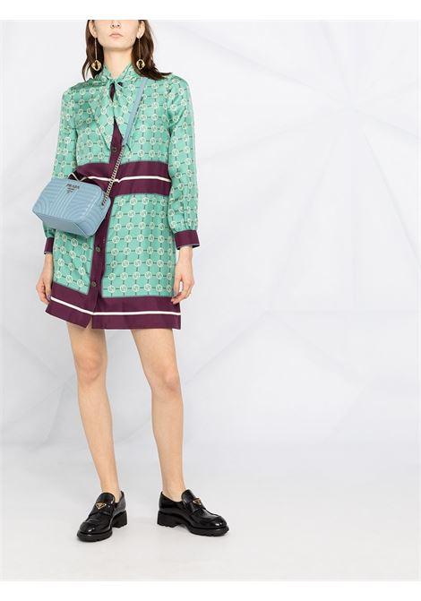 Camicia in seta verde con stampa logo Gucci all-over e chiusura con fiocco GUCCI | Abiti | 633275-ZAFP94559
