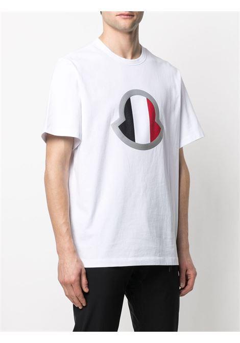 T-shirt in cotone bianco con stampa Moncler rossa e blu sul petto MONCLER | T-shirt | 8C7B4-40-8390T001