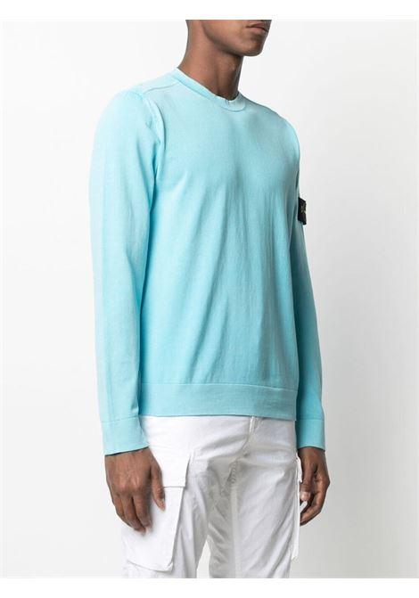 Maglione in maglia di cotone celeste con patch logato Stone Island sulla manica STONE ISLAND | Maglieria | 7415554D9V0042