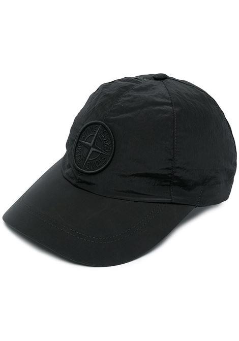 Cappellino in cotone nero con logo Stone Island ricamato STONE ISLAND | Cappelli | 741599576V0029