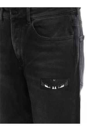 Jeans con risvolti tartan MARCELO BURLON | 24 | CMYA017F19C270841088