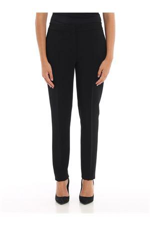 Pantaloni neri slim fit in viscosa con tasche laterali e una sul retro chiusa da un bottone. MOSCHINO | 20000005 | 03095425A0555
