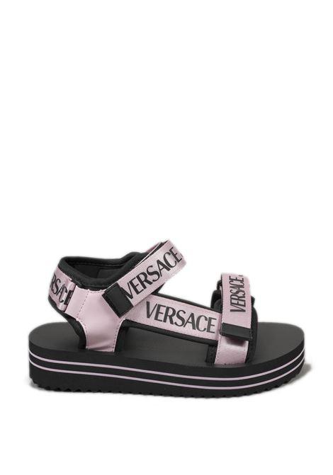 Sandalo logo rosa/nero VERSACE JEANS COUTURE | Sandali flats | SX171937-426
