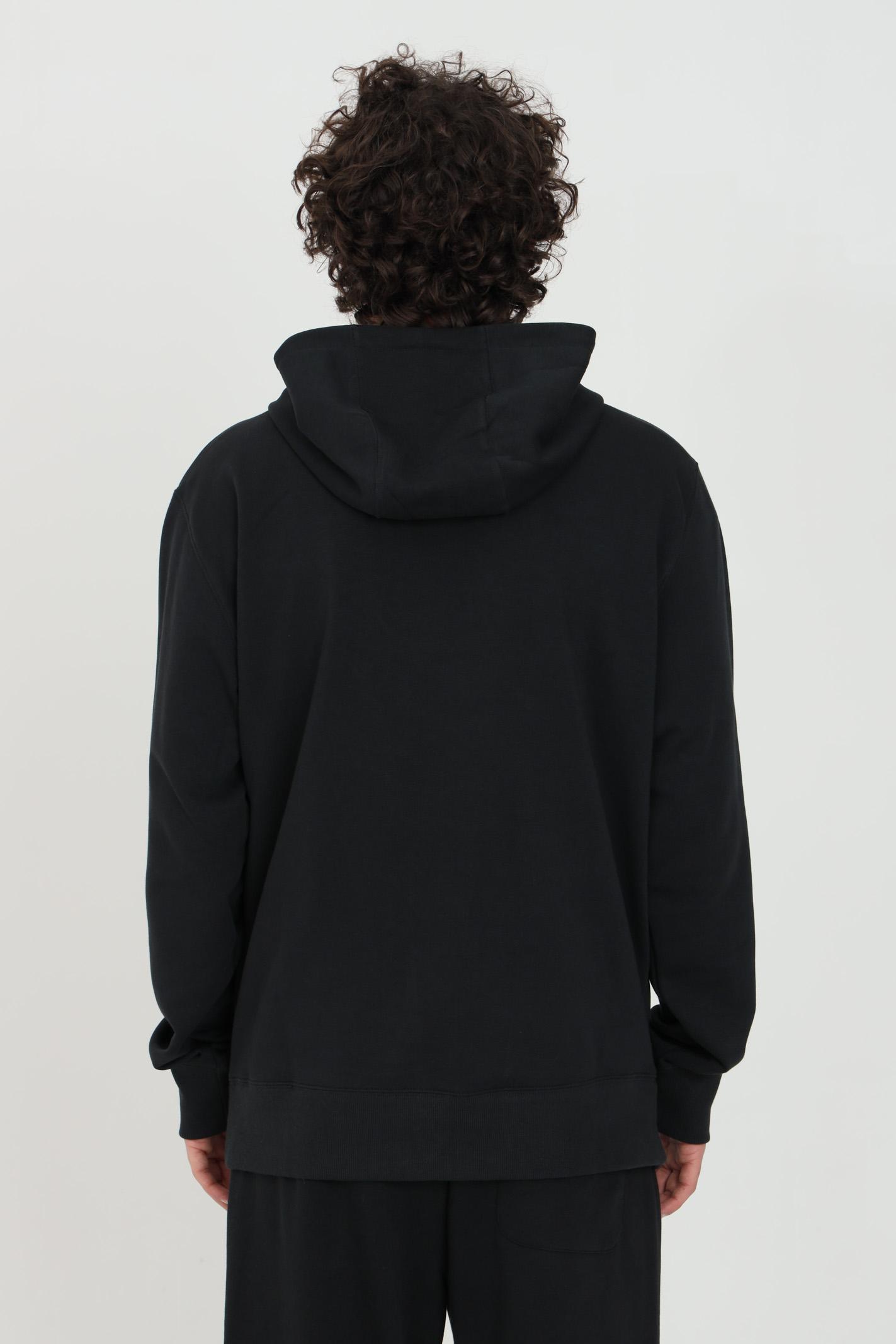 Felpa unisex nero New Balance con cappuccio e logo frontale stampato NEW BALANCE | Felpe | MT11550BK..