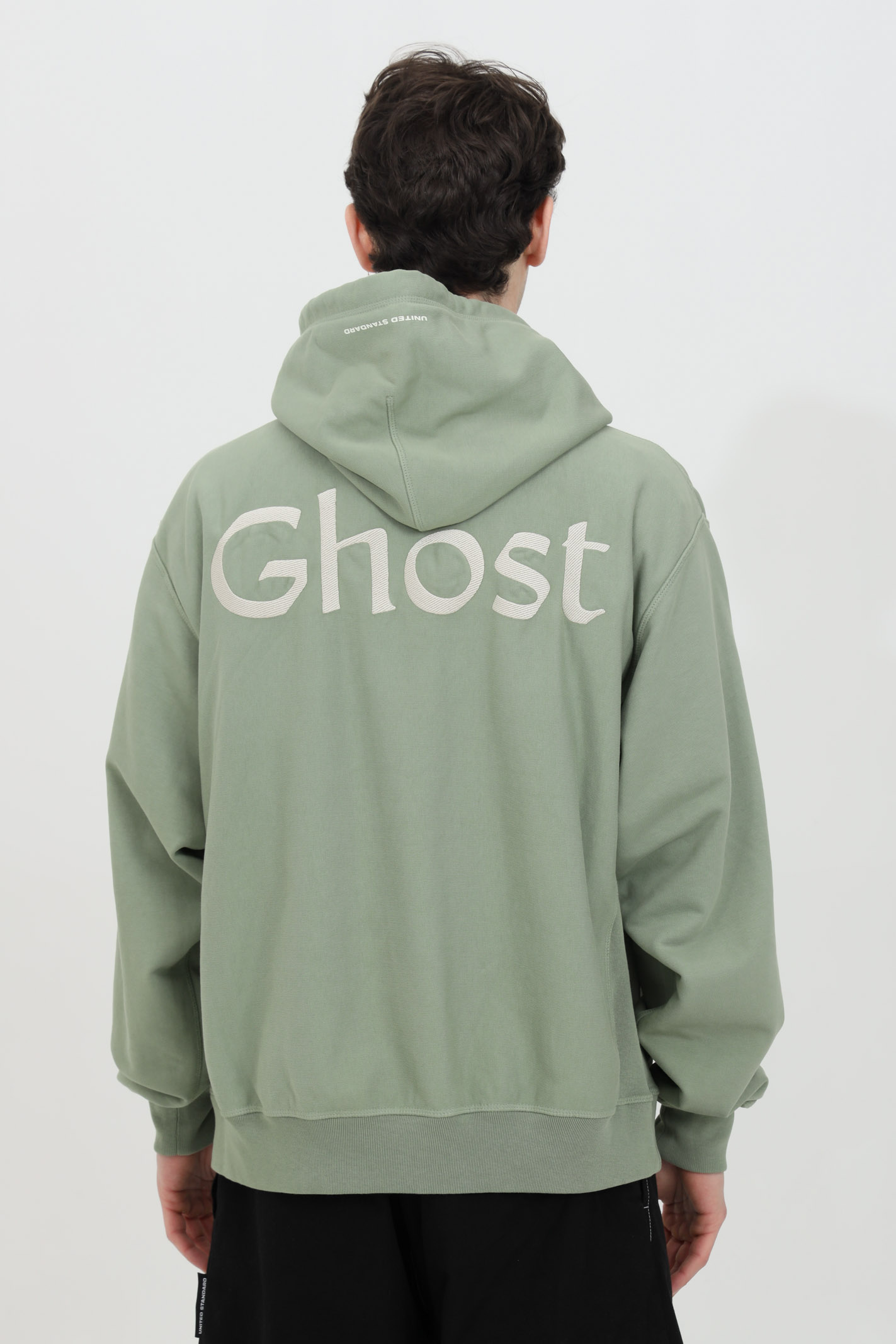 Olive hoodie with logo laces, front pocket and embroidered Ghost logo. Print on the back. Elastic bottom and cuffs with ribs. United standard UNITED STANDARD | Sweatshirt | USXMSW08JY08OLV001