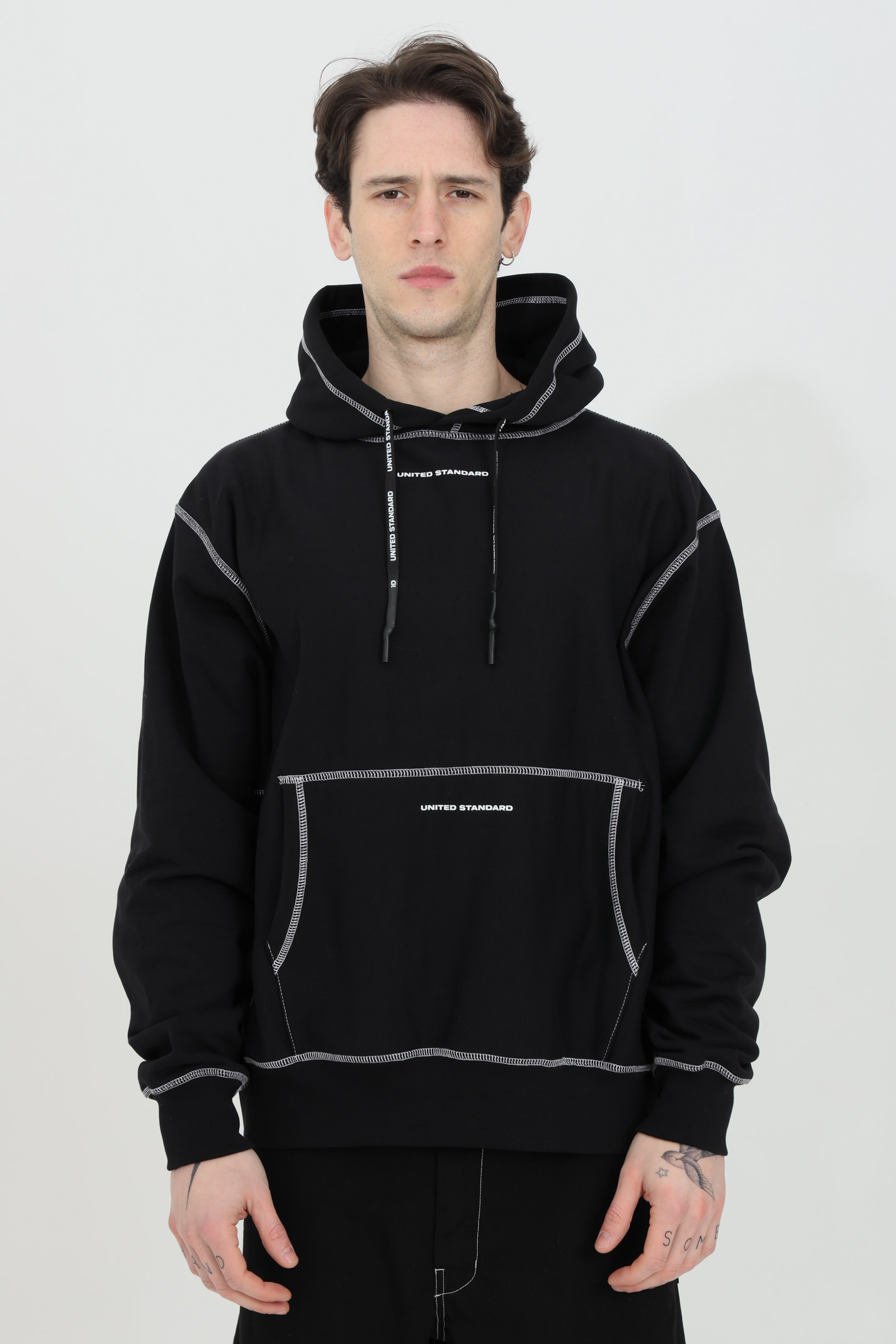 Black hoodie with front pocket. Contrasting stitching. Ribbed bottom and cuffs. United standard UNITED STANDARD | Sweatshirt | USXMSW09JY09BLK001