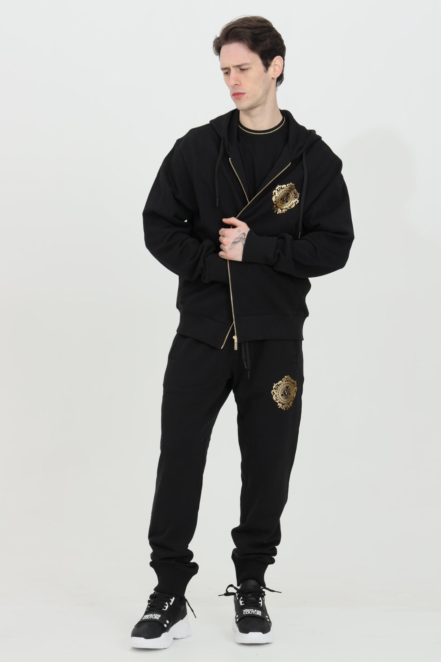 Felpa uomo nera versace jeans couture nera con cappuccio, zip integrale e logo oro frontale VERSACE JEANS COUTURE | Felpe | B7GWA72F30453K42
