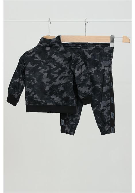 Tuta neonato fantasia militare con logo a contrasto sul cuore NIKE | Tute | 66G793023