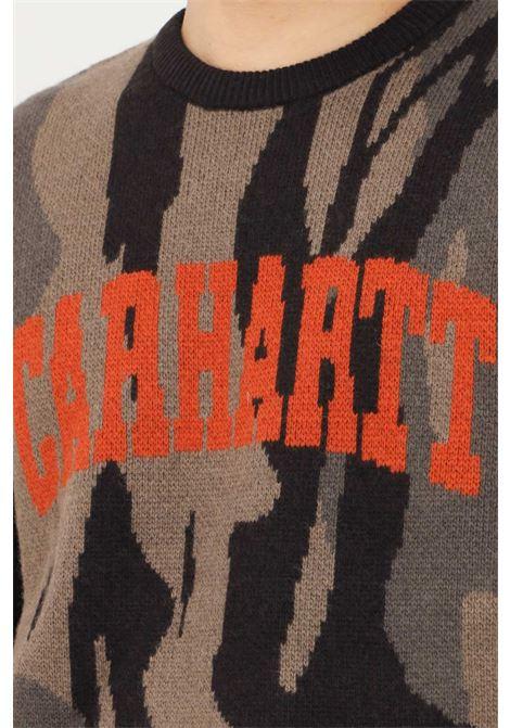 Maglione uomo camo verde carhartt con maxi logo frontale CARHARTT | Maglieria | I029515.030HF.XX