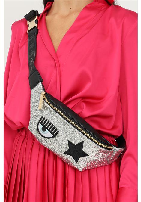 Marsupio donna glitter silver chiara ferragni con applicazione logo frontale CHIARA FERRAGNI   Marsupi   71SB4BO2ZS146900