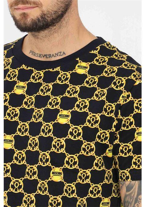 T-shirt uomo nero moschino con stampa allover a manica corta MOSCHINO | T-shirt | V191481275606