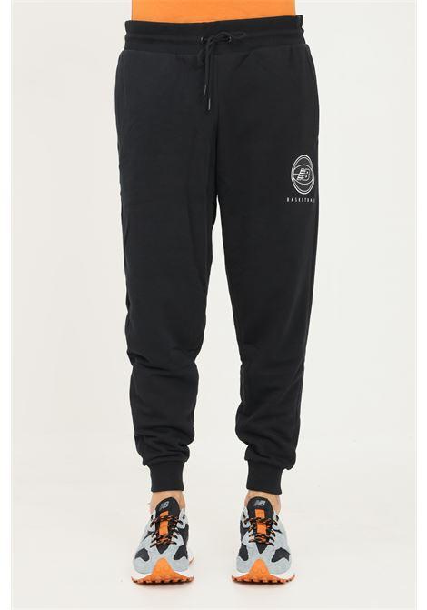 Pantaloni uomo nero new balance casual con stampa basketball NEW BALANCE   Pantaloni   MP13583BK001