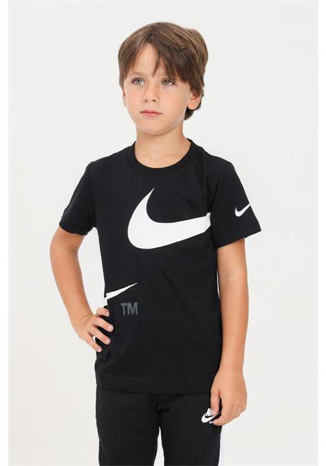 T-shirt bambino nero nike con logo frontale a contrasto NIKE | T-shirt | 86I012023
