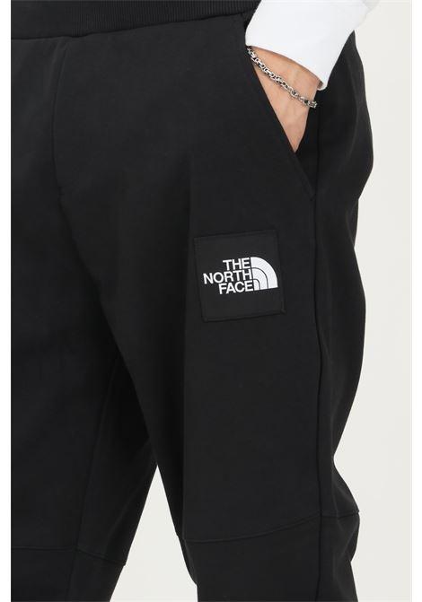 Pantaloni uomo nero the north face casual con patch logo laterale THE NORTH FACE | Pantaloni | NF0A3BPOJK31JK31