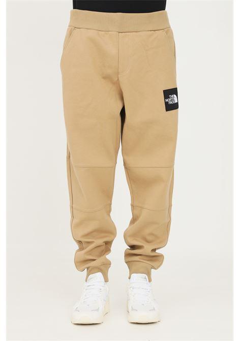 Pantaloni uomo cammello the north face casual con patch logo laterale THE NORTH FACE | Pantaloni | NF0A3BPOPLX1PLX1