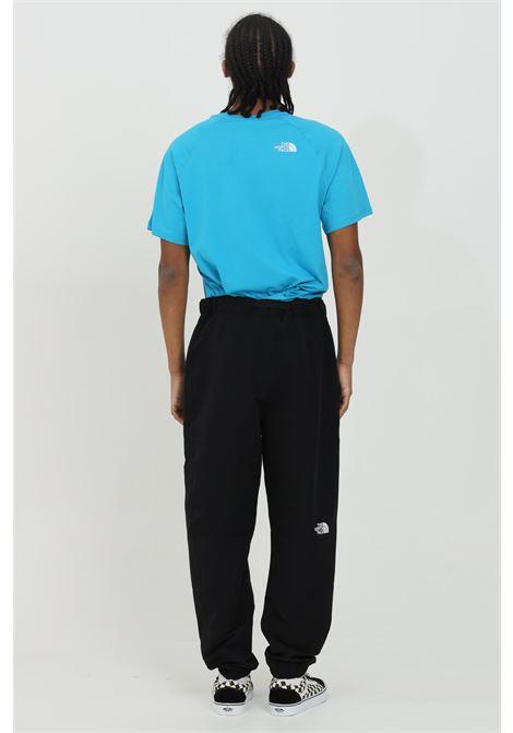Pantalone uomo nero the north face casual con molla in vita e cinturino. Leggero nylon elasticizzato. Tasche con zip laterali. Polsino elasticizzato sul fondo THE NORTH FACE   Pantaloni   NF0A55BGJK31JK31