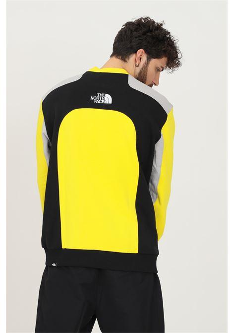 Felpa uomo giallo the north face modello girocollo con ricamo logo a contrasto THE NORTH FACE | Felpe | NF0A55IARR81RR81