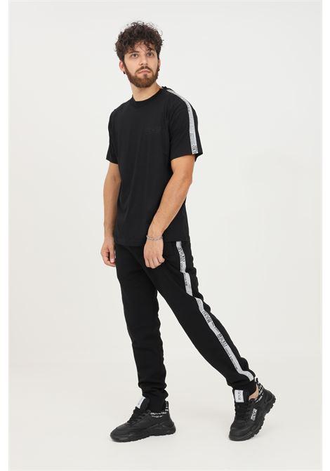 Pantaloni uomo nero versace jeans couture modello casual con bande laterali logate VERSACE JEANS COUTURE   Pantaloni   71GAA3B7F0002899