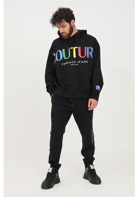 Pantaloni uomo nero versace jeans couture modello casual con stampa logo multicolor VERSACE JEANS COUTURE   Pantaloni   71GAAP01CF00P899