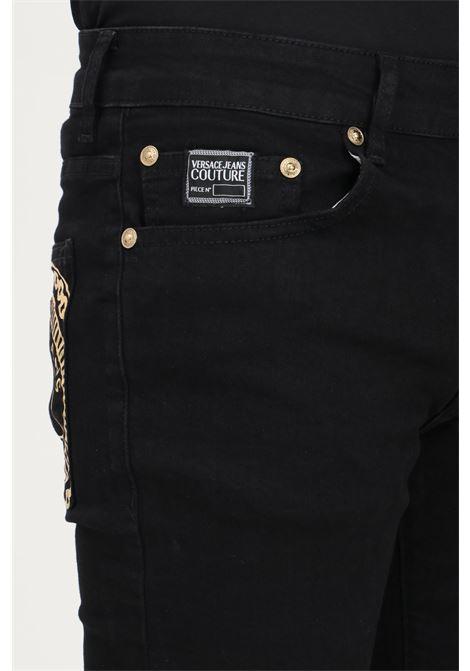 Pantaloni uomo nero versace jeans couture modello casual con stampa oro sul retro VERSACE JEANS COUTURE   Pantaloni   71GAB5K1CDW00909