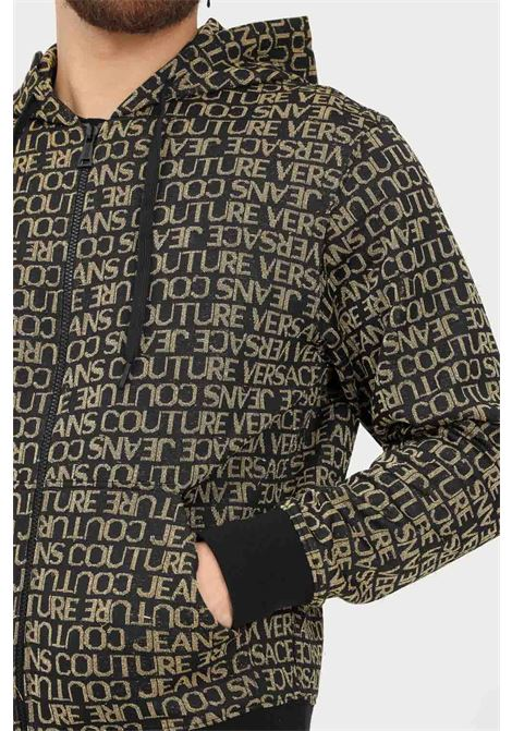 Black gold men's boodie by versace jeans couture with front zip and allover logo print VERSACE JEANS COUTURE | Sweatshirt | 71GAI3Z5F0005G89 (899+948)