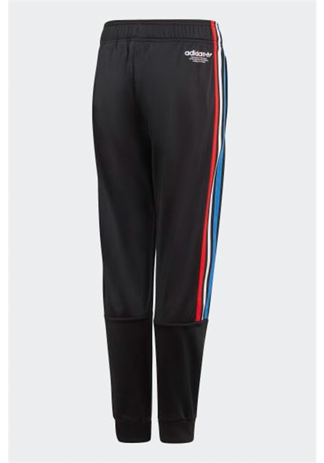 Pantalone track adicolor bambino/a nero Adidas con bande laterali colorate, elastico in vita e polsini elastici ADIDAS | Pantaloni | GN7485.