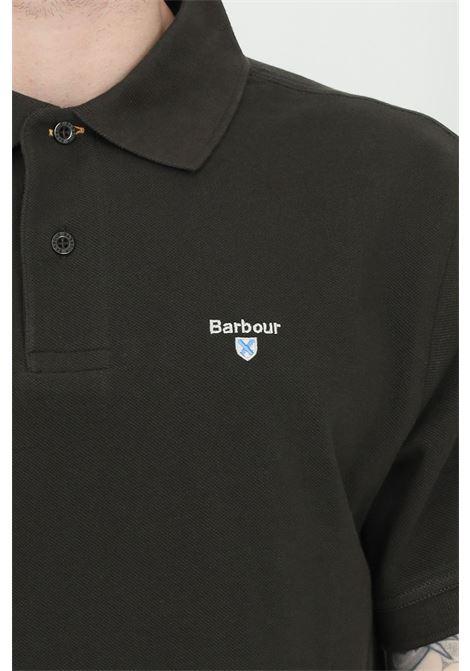 Polo uomo verde barbour modello classico con colletto e bottoni in tartan pique, logo frontale a contrasto. Spacchetti laterali stampati. Slim fit BARbour | Polo | MML0012-MMLGN94