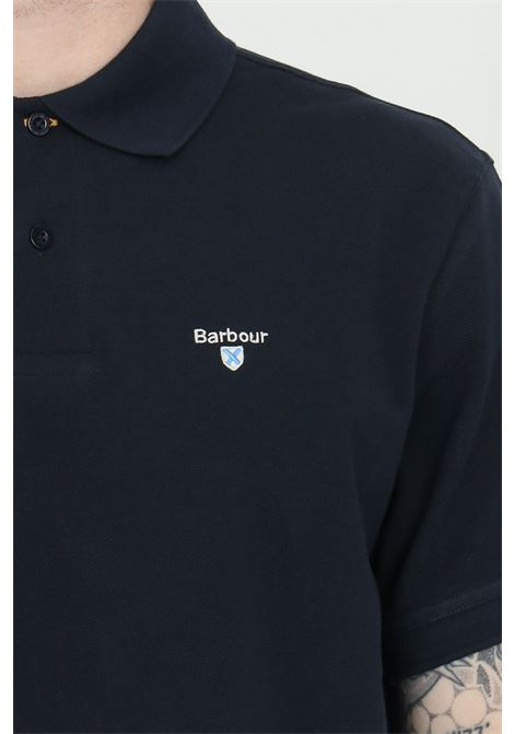 Polo uomo blu barbour modello classico con colletto e bottoni in tartan pique, logo frontale a contrasto. Spacchetti laterali stampati. Slim fit BARbour | Polo | MML0012-MMLNY31