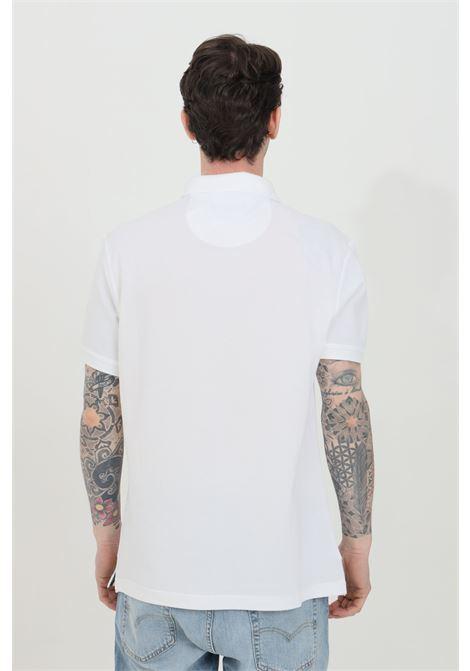 Polo uomo bianco barbour modello classico con colletto e bottoni in tartan pique, logo frontale a contrasto. Spacchetti laterali stampati. Slim fit BARbour | Polo | MML0012-MMLWH11