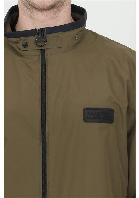 Giubbotto uomo verde barbour giacca a vento impermeabile con zip e colletto alto con cinturino. Fondo e polsini elastici a costine. Tasche laterali e una tasca interna BARbour | Giubbotti | MWB0863-MWBOL51