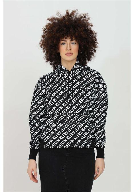Felpa donna nero calvin klein con cappuccio e stampa lettering all-over. Polsini e fondo elastici a costine CALVIN KLEIN | Felpe | J20J2155730GJ