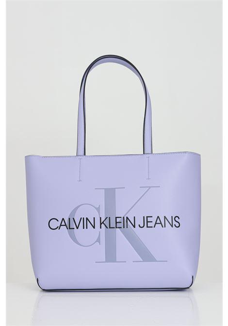 Borsa donna lavanda calvin klein modello shopper con logo lettering a contrasto. Esterno in ecopelle e tracolline non regolabili. Chiusura con zip e bottoni automatici CALVIN KLEIN   Borse   K60K607464V0K