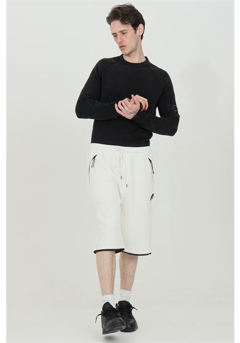 White diagonal raised fleece shorts with elastic waistband. Pockets with side zip. Straight bottom and comfortable fit. C.p. company C.P. COMPANY | Shorts | 10CMSB129A-005086W103