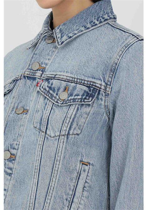 Giubbotto donna azzurro levi's  in denim con bottoni. Colletto regular e taschini frontali. Modello comodo con manica ampia LEVI'S | Giubbotti | 29945-01000100