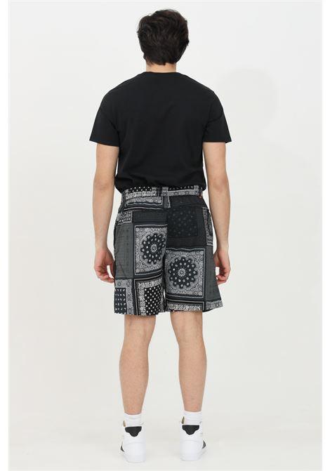 Shorts uomo nero levi's casual con multistampa paisley. Vita elastica con coulisse. Taglio corto senza fodera interna. Tasche laterali LEVI'S | Shorts | 54743-00050005