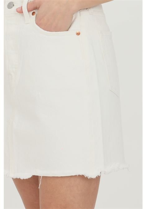 White skirt with frayed bottom. Slim model with belt loops and closure with buttons. Levi's LEVI'S | Skirt | 77882-00100010