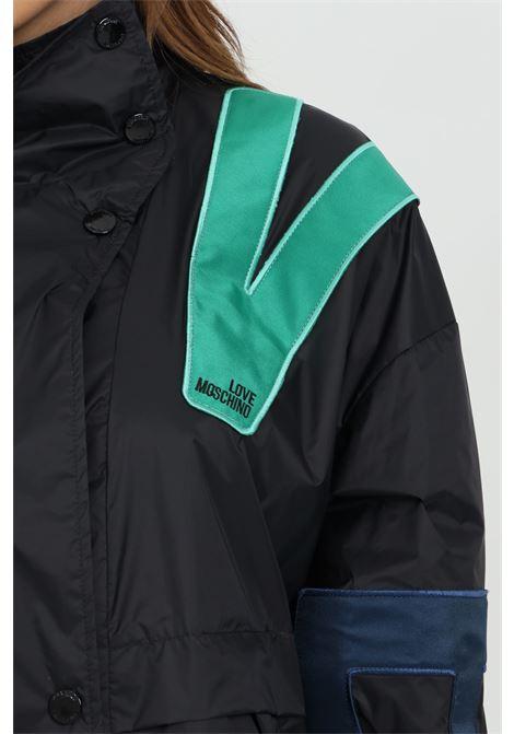 Giubbotto donna nero love moschino giacca a vento con stampa multicolor lettering. Tasche sul davanti e fondo e polsini elastici LOVE MOSCHINO | Giubbotti | WH76181T082AC74