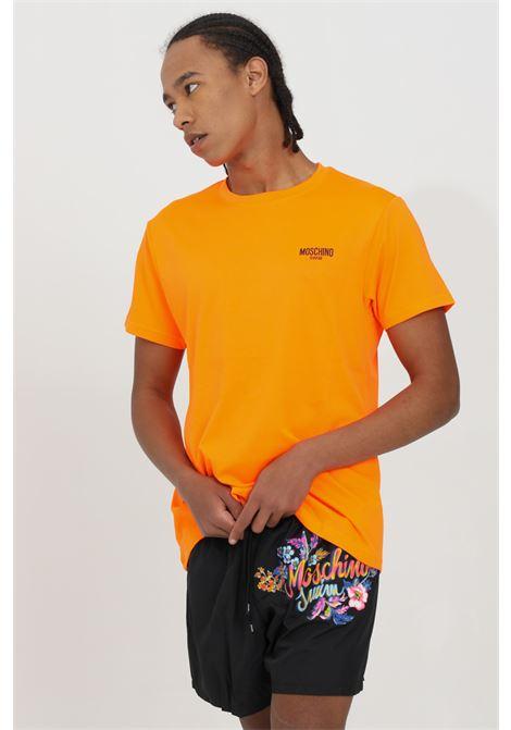 T-shirt uomo arancione moschino a manica corta modello fluo basic con logo frontale a contrasto. Vestibilità regular MOSCHINO | T-shirt | A191023370125