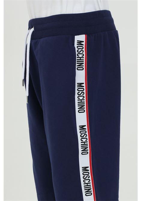 Shorts uomo blu moschino casual con elastico in vita e bande logate laterali. Vestibilità regular MOSCHINO | Shorts | A430681200290