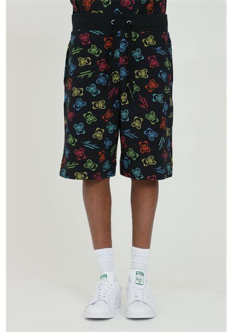 Shorts uomo nero moschino casual con stampa bears all-over. Molla in vita con lacci. Modello regular MOSCHINO | Shorts | A430781091555