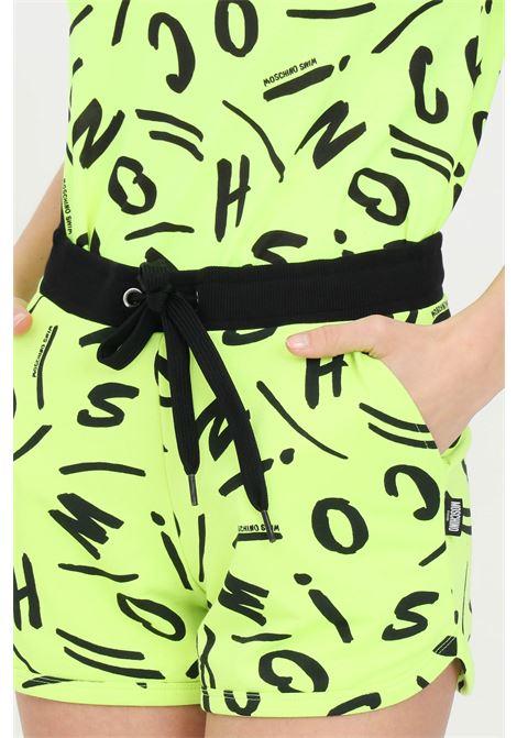 Shorts donna giallo moschino casual con vita elastica e stampa lettering. Coulisse in vita, tasche laterali MOSCHINO | Shorts | A671221341026