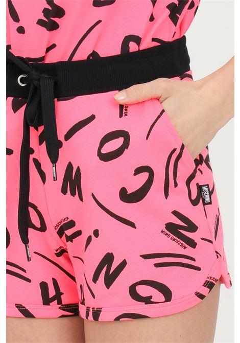 Shorts donna fucsia moschino casual con vita elastica e stampa lettering. Coulisse in vita, tasche laterali MOSCHINO | Shorts | A671221341206