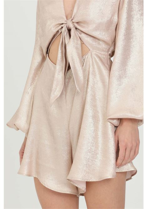 Cream jumpsuit with bow in the center. Cut on the front with flared shorts. Wide long sleeves. Laminated texture NBTS | Suit | NB21008CREMA