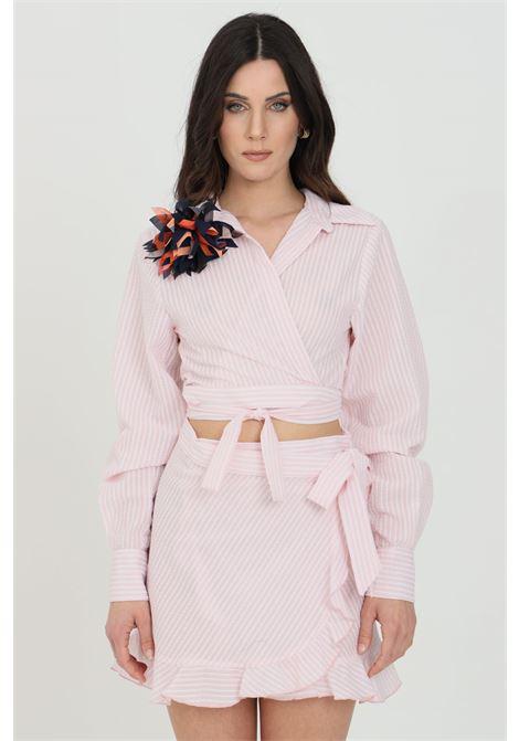 Pink shirt, crop cut. Brooch application. Cuffs with buttons. Nbts NBTS | Shirt | NB21080ROSA