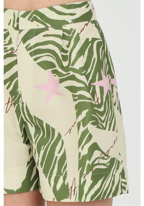 Shorts donna verde nbts casual a vita alta con stampa summer e tasche laterali. Chiusura con zip e ciappa ad incastro. Modello slim NBTS | Shorts | NB21083.