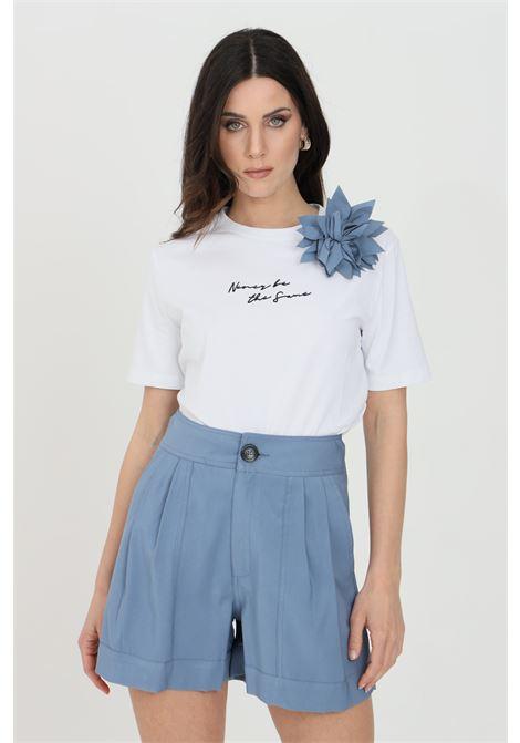 T-shirt donna bianca nbts a manica corta con applicazione fiore. Stampa frontale in dimensioni ridotte NBTS   T-shirt   NB21085BIANCO