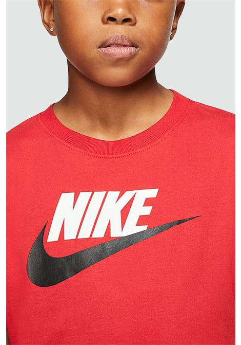 Red t-shirt with contrasting print on the front. Baby model. Brand: Nike NIKE | T-shirt | AR5252659