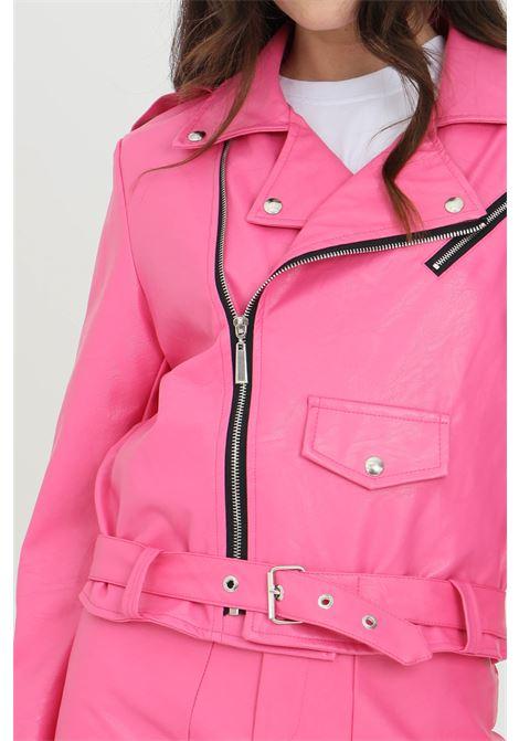 Giubbotto donna fucsia odi et amo, modello giacca in pelle con applicazioni strass sul retro. Finta tasca frontale. Chiusura con zip e cintura in vita ODI ET AMO | Giubbotti | 119T1FUXIA